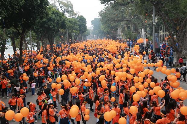 Dòng người đi bộ gần 5.000 người đã nhuộm cam cả một vùng Bờ Hồ, Hà Nội.