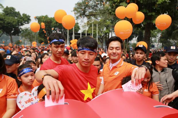 MC Phan Anh, 2 cầu thủ Tiến Dũng, Trọng Đại cùng hàng ngàn người tham gia đã thả thiệp để đóng góp cho các hoạt động xã hội của FPT.