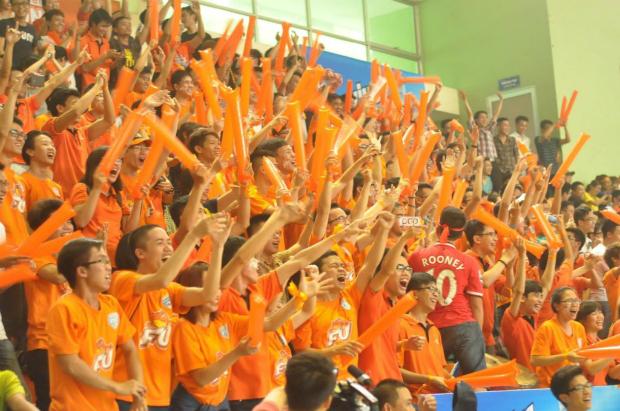 Các cổ động viên cuồng nhiệt của ĐH FPT, những người góp phần vào chiến thắng của đội nhà F.