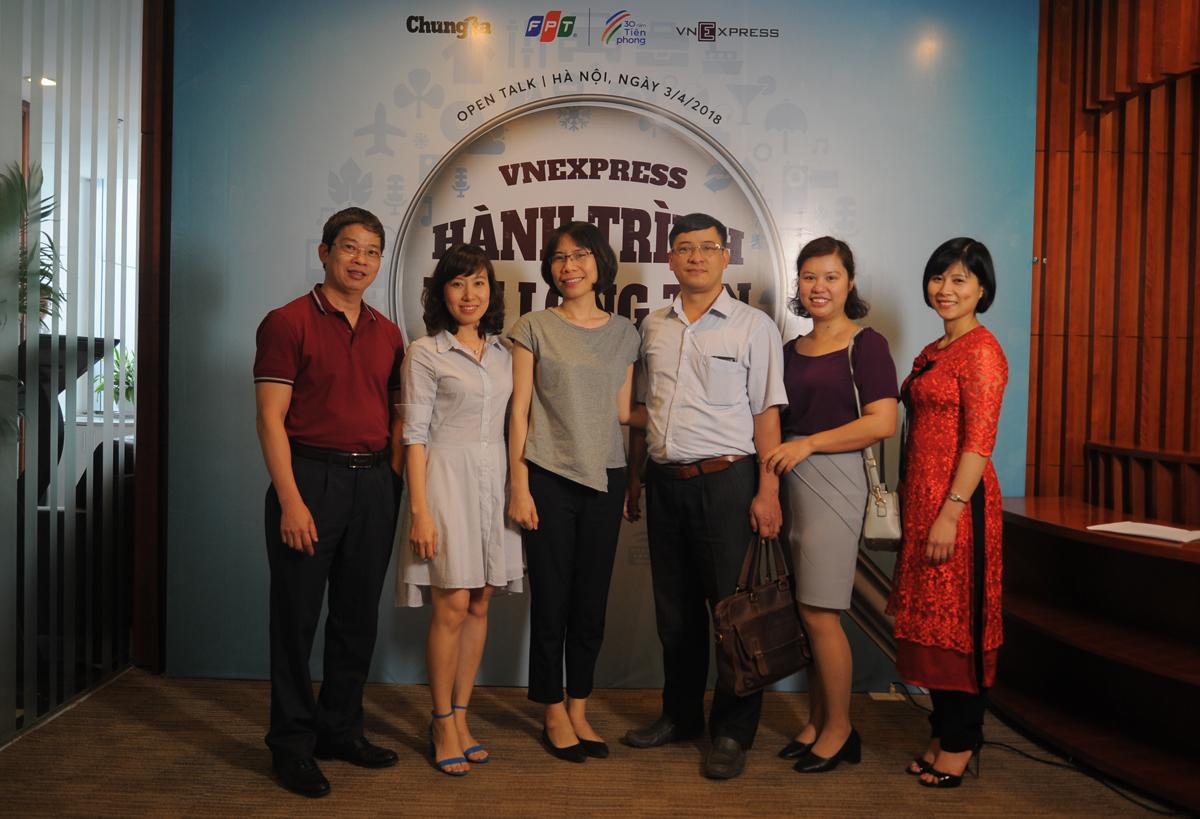"""Open Talk định kỳ trong chuỗi chương trình 30 năm Tiên phong FPT được tổ chức chiều thứ Ba (ngày 3/4) có chủ đề """"VnExpress - Hành trình tới lòng tin"""" với sự tham dự của nhà sáng lập Thang Đức Thắng và thế hệ những người làm nên báo tiếng Việt nhiều người đọc nhất. Đâycũng là dịp để các đồng nghiệp từng công tác tại VnExpress từ những ngày đầu trở lại mái nhà xưa."""
