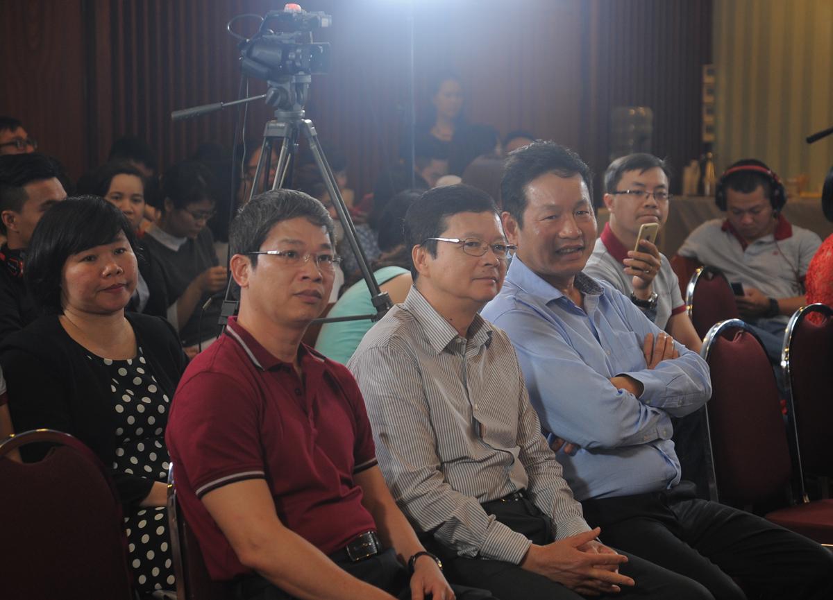 """Mở đầu là video với những dấu mốc ấn tượng trong tuổi 17 của VnExpress.Ngày 26/2/2001, VnExpress được """"phóng"""" lên Internet. Đó là một ngày thứ Hai thầm lặng, như những ngày làm việc đầu tuần bình thường khác. Không quảng cáo, khai trương, diễn văn và champagne. Nhưng đó là một ngày trọng đại đối với VnExpress - báo điện tử đầu tiên được cấp phép ở Việt Nam. Kể từ khi ra đời, 17 năm qua, VnExpress luôn là báo tiếng Việt uy tín, có đông độc giả nhất và giữ vững vị trí đó đến nay. Gần 15 tỷ lượt xem trong năm 2017, theo Google Analytics, với xấp xỉ 4 triệu bình luận mỗi năm, VnExpress là báo tiếng Việt xuất bản nhiều ý kiến độc giả nhất, đồng thời là báo điện tử có doanh thu quảng cáo lớn nhất."""