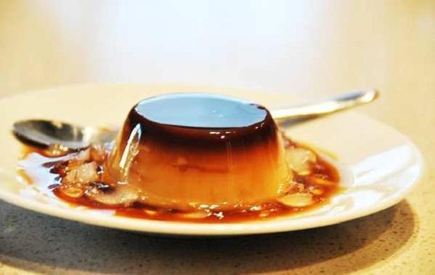 Caramen Xuất xứ từ Pháp, Caramen thập cẩm đã du nhập vào Việt Nam và trở thành món ăn được nhiều người yêu thích. Công thức để làm ra món ăn này khá đơn với những nguyên liệu rất dễ kiếm như trứng gà, cà phê, nước cốt dừa kết hợp với bột vani, sữa tươi, để tạo nên màu vàng quyến rũ và hấp dẫn. Chính vì vậy, bạn hoàn toàn có thể làm tại nhà để chiêu đãi gia đình trong thời tiết nóng nực của mùa hè. Ngoài ra, bạn có thể tới các khu bán caramen nổi tiếng ở Hàng Than, Nguyễn Công Trứ, Xuân Thủy để thưởng thức.