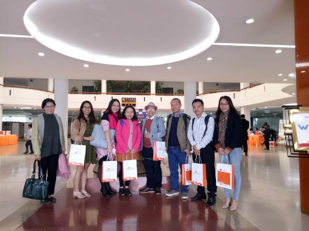 Anh Huỳnh Tấn Hội, giảng viên tiếng Nhật ĐH FPT HCM (thứ 2 từ phải qua), cùng các thầy cô giáo của ĐH FPT tham giaEduCamp năm 2017 tại Hòa Lạc, Hà Nội.