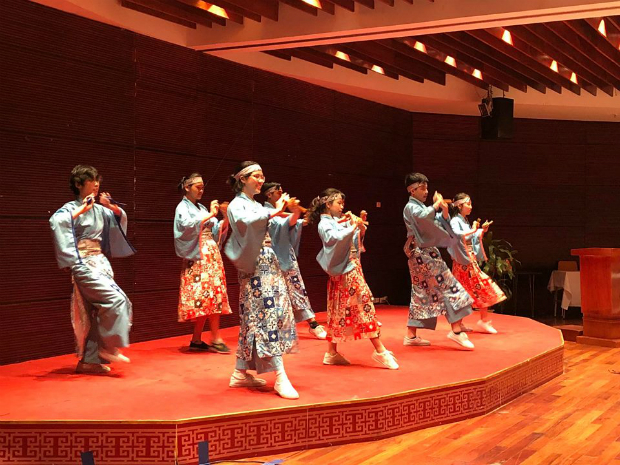 Mở đầu chương trình là điệu nhảy Yosakoi,Yosakoi, khởi nguồn từ thành phố Kochi (Nhật Bản), là một biến thể của điệu múa Awa odori – một điệu múa truyền thống mùa hè của Nhật có xuất xứ từ tỉnh Tokushima. Lễ hội Awa odori được tổ chức từ ngày 12 đến 15 tháng 8 hàng năm, trong đó những người dân được tuyển chọn sẽ mặc trang phục truyền thống múa diễu hành trên đường phố.