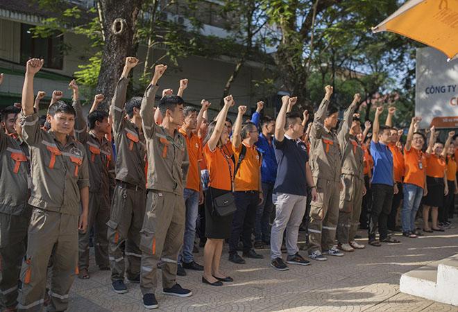 Thông thường, trong lễ chào cờ trang trọng, chi nhánh còn kết hợp vinh danh những cá nhân xuất sắc của các bộ phận, trao giải thưởng về các hoạt động phong trào hoặc truyền thông những sự kiện sẽ diễn ra trong tháng.