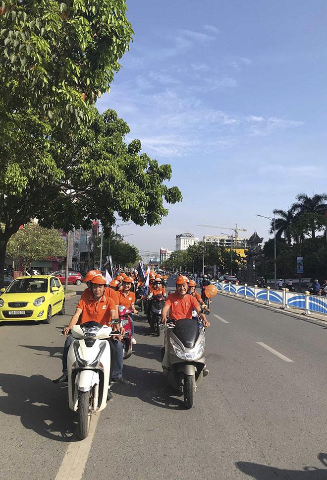 Sau đó, toàn thể CBNV thực hiện chương trình roadshow khắp các tuyến đường. Mục đích của hoạt động roadshow nhằmlan tỏa sắc cam đến người dân tại Huế.
