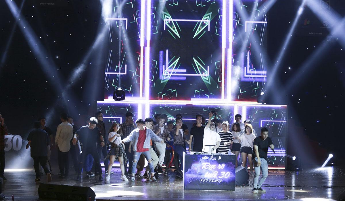 """21h nhưng vẫn rất đông các bạn trẻ """"dành sức"""" để thưởng thức những tuyệt phẩm của DJ Lê Trình. Nhà hát Trưng Vương luôn """"nóng"""" bởi sự cuồng nhiệt, các bạn trẻ không thể kìm chế được cảm xúc và nhanh chóng tiến lên sân khấu."""