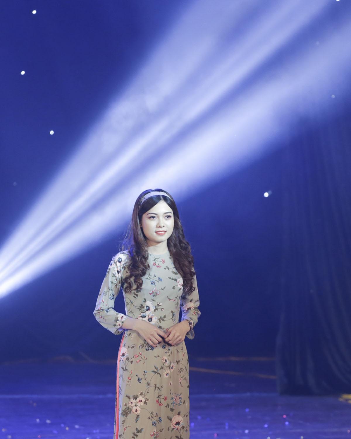 Những họa tiết hoa xinh xắn, tinh tế được các cô gái trình diễn trên sân khấu với mong muốntruyền cảm hứng để áo dài đến gần với mọi người hơn.