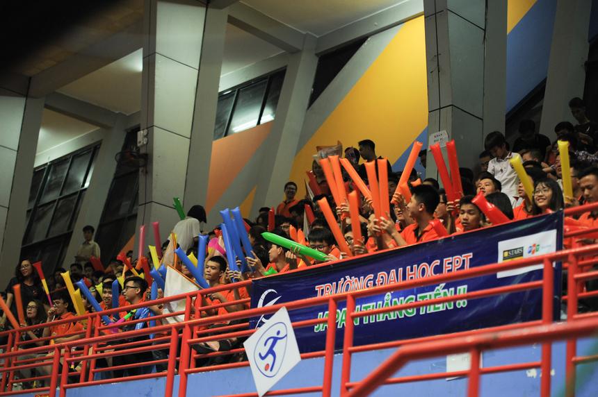 Hàng nghìn cổ động viên cùng gia đình thí sinh đã đến cổ vũ cho các đội thi.