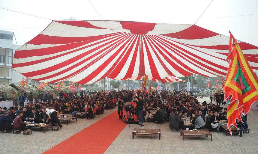 Gần 1.000 người FPT đã tham gia Hội làng Mậu Tuất 2018 tại Nhà văn hóa quận Thanh Xuân, Hà Nội ngày 9/2. Số lượng người tăng đột biến so với năm ngoái nên nhiều người đứng xem chương trình.