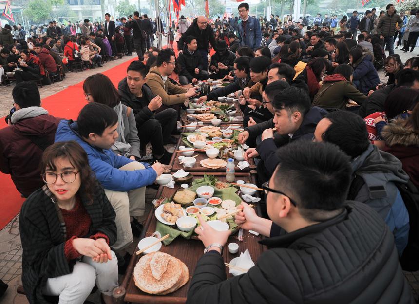 Các bàn tiệc với những món ăn cổ truyền như bánh chưng, bánh đúc, giò, gà luộc... như bữa cơm tất niên đem đến không khí Tết đầm ấm, sum vầy.