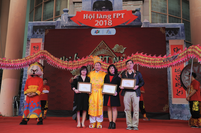 Chủ tịch Trương Gia Bình cũng đã trao bằng khen cho 3 tập thể xuất sắc năm 2017: Lĩnh vực tăng trưởng lợi nhuận là FPT Retail; Lĩnh vực tăng trưởng doanh thu là Tổ chức giáo dục FPT; Lĩnh vực sử dụng người hiệu quả nhất là FPT Online. Mỗi tập thể đồng thời nhận 30 triệu đồng tiền thưởng.