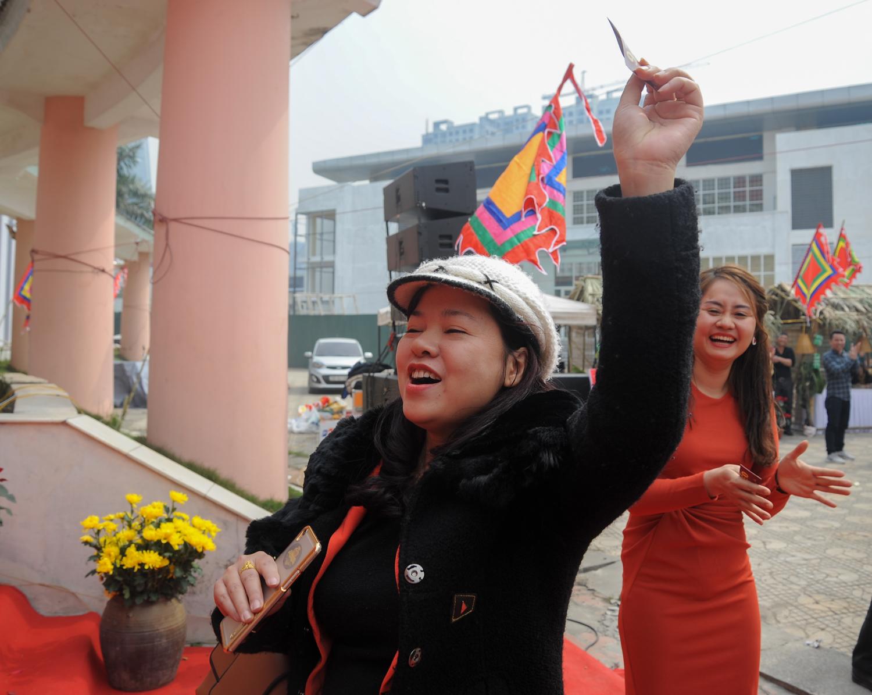 Sau phần bốc thăm may mắn vô cùng hồi hộp, chị Nguyễn Thu Hiền (FPT HO) đã là người may mắn giành được chiếc iPhone X duy nhất của chương trình. Đây cũng là phần kết thúc của Hội làng FPT 2018.