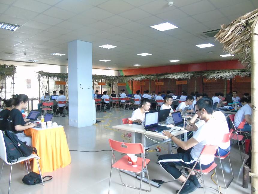 Hôm nay (ngày 9/6), 51 thí sinh thuộc 14 đội vào vòng Chung kết cuộc thi lập trình FPT Edu Hackathon 2018 đã có mặt tại ĐH FPT Hòa Lạc, Hà Nội, tranh tài ngôi vị cao nhất của cuộc thi. Các đội chia thành 2 bảng đấu, bảng A gồm đội thi đến từ ĐH FPT và ĐH trực tuyến kiểu FUNiX. Trong khi đó, bảng B gồm đội thi đến từ Khối đào tạo liên kết quốc tế FAI, THPT FPT và Cao đẳng Thực hành FPT Polytechnic.