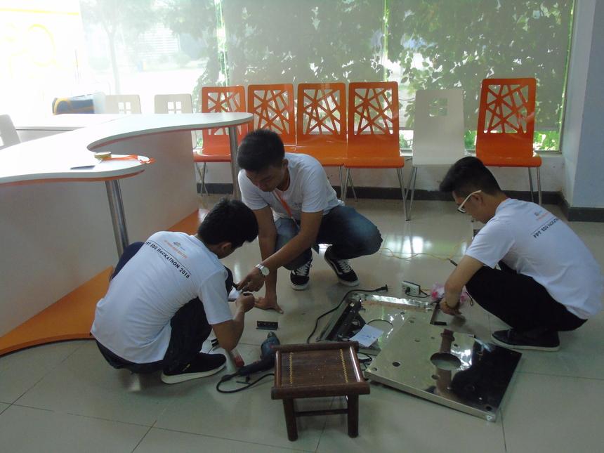 CodeGang có sự đầu tư và chuẩn bị rất kỹ cho sản phẩm của đội mình khi mang vật liệu từ Cần Thơ ra Bắc phục vụ cho cuộc thi. Đội mất khá nhiều thời gian cho phần hoàn thiện mô hình này. Đến 17h chiều nay, mô hình đã hoàn thành. Trong khi đó, phần code thay nhau làm để kịp thời gian. Đặc biệt, các thành viên dành thời gian thuyết trình tập trước ngày trình diễn. Là người hỗ trợ đội, thầy Võ Hồng Khanh (ĐH FPT Cần Thơ) cho biết đội hoàn thành 70% hộp trồng rau. Sản phẩm đang trong quá trình hoàn thiện.