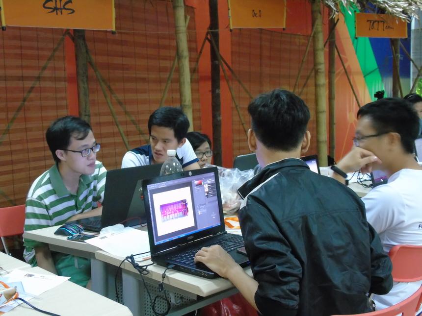 Là một trong hai đại diện của CĐ FPT Polytechnic (cơ sở HCM), đội SHS gồm 4 chàng trai học chuyên ngành Lập trình di động. Đội xây dựng ý tưởng sử dụng điện thoại nền tảng android để điều khiển các thiết bị điện trong nhà thông qua giọng nói, có thể cài đặt để điều khiển hệ thống điện tử theo ý muốn người sử dụng. SHS kỳ vọng sản phẩm sẽ đem nhà thông minh đến gần hơn với người dùng Việt Nam, giúp người dùng thoải mái hơn khi ở nhà. Theo đó, thay vì phải bật từng công tắc, người dùng chỉ cần một chiếc điện thoại android kết nối internet và nói để ra lệnh cho điện thoại điều khiển tất cả các thiết bị điện trong nhà. Đội trưởng SHS Tiến Dũng cho biết, dù đội đang đứng ở vạch xuất phát. Thế nhưng, cả bốn thành viên đều giữ tâm lý khá thoải mái trước cuộc đua ngôi vị Quán quân FPT Edu Hackathon 2018.
