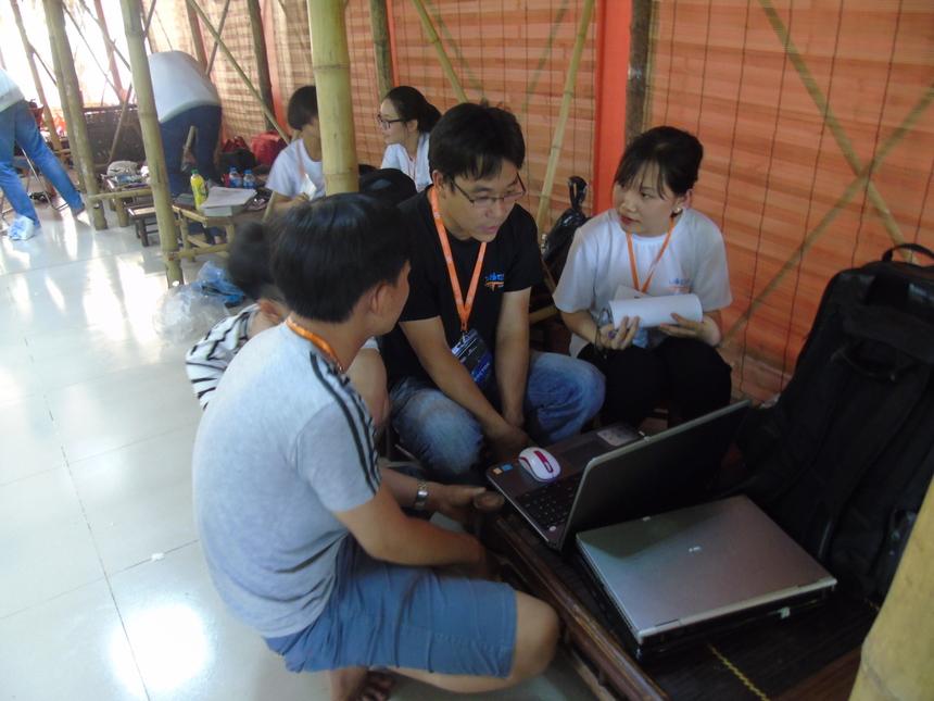 TQT Team tập trung nghe hướng dẫn từ thành viên BGK. Cũng như nhiều đội khác, TQT cũng gặp một số lỗi nhỏ ở cuối phần thi code và không đủ thời gian để chỉnh sửa. Đội trưởng Vi Quỳnh khá mệt sau một đêm gần như thức trắng để cùng các thành viên sửa lỗi hệ thống. Cô chính là người sẽ đảm nhiệm phần thuyết trình cho nhóm.