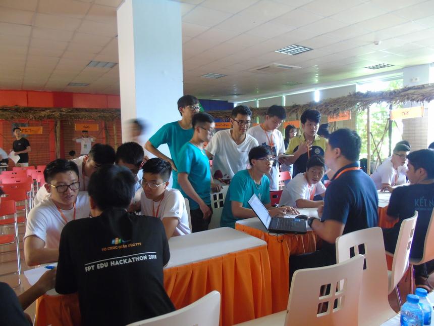 Trước khi phần thi thuyết trình diễn ra vào 13h30' chiều nay (10/6), hội đồng giám khảo đã dành thời gian để phỏng vấn các đội. Bên cạnh đó, các giám khảo cũng đã giải đáp mọi thắc mắc, băn khoăn của các thí sinh về phần thi thuyết trình. Ở phần thi thuyết trình, các đội sẽ có 10 phút để trình bày về sản phẩm và 10 phút để phản biện trước các câu hỏi của BGK.