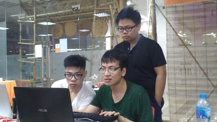 3h sáng ngày 10/6, rất nhiều đội thi FPT Edu Hackathon 2018 vẫn miệt mài sửa code, lắp ráp sản phẩm của mình. Ba thành viên độiCaptainsđến từ ĐH FPT Hà Nội căng thẳng chỉnh sửa phần lập trình''Hệ thống nhận diện khuôn mặt thời gian thực'' giúp phát hiện hành vi thi hộ trong giáo dục.