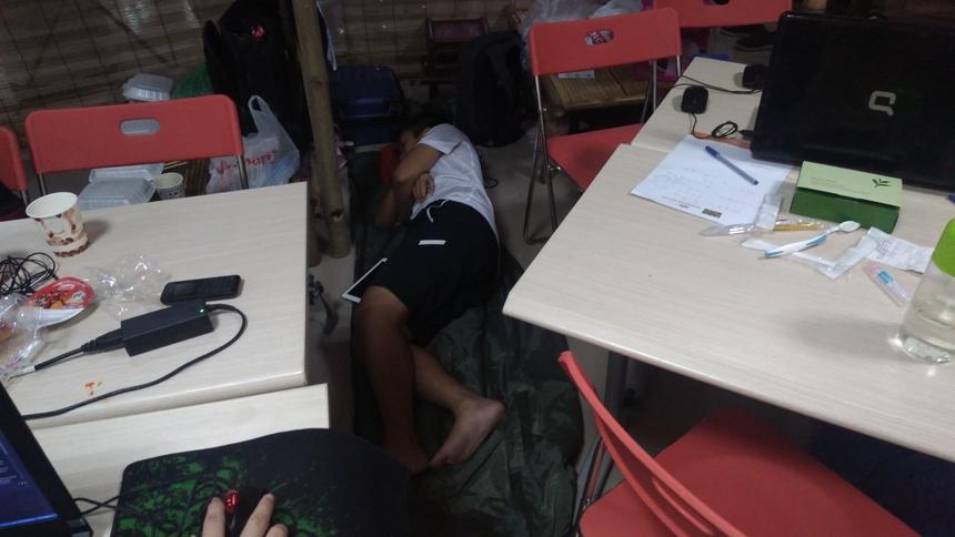 Thí sinh Vũ Ngọc Đắc, đội SHS, CĐ FPT Polytechnic (cơ sở HCM), cho biết cả đội phân chia nhau ngủ để đảm bảo sức khỏe. Sinh sống ở TP HCM nên khi ra Bắc, các thành viên chưa quen với đồ ăn và thời tiết ở Hà Nội.