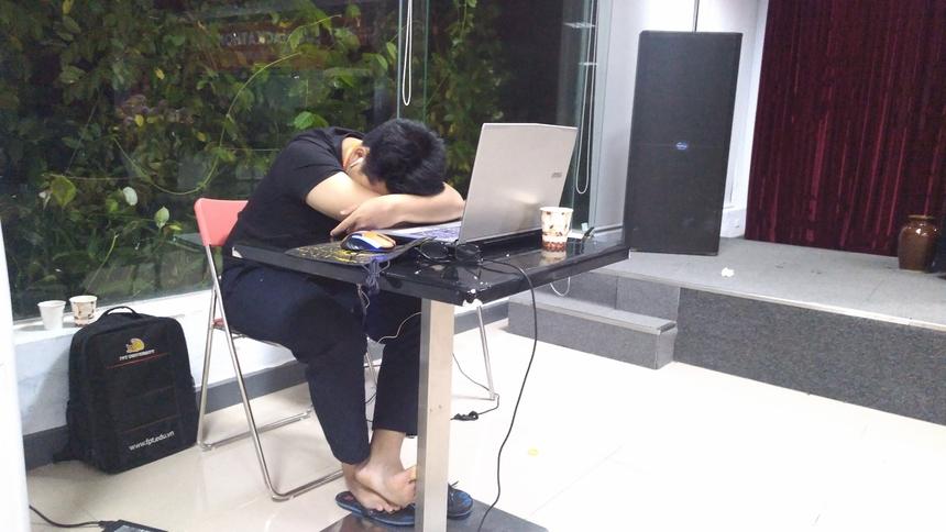 Nhiều thí sinh sẵn sàng ngủ gục tại bàn bên cạnh chiếc laptop của mình.Đại diện V-Team (ĐH FPT) - thành viên Đinh Trọng Nam cho hay, đội nào cũng đang cố gắng hoàn thiện sản phẩm tốt nhất có thể trong đêm.
