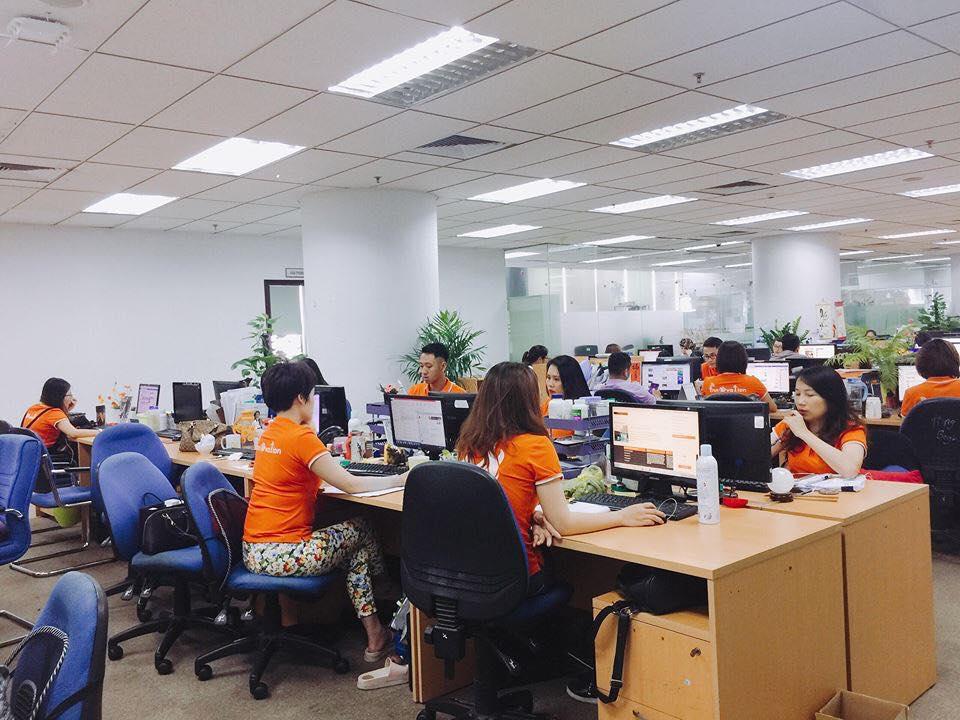 FPT Online cũng mặc áo cam rất đầy đủ. Theo chị Nguyễn Thùy Trang, phòng Marketing FPT Online chia sẻ thì mọi người đều tự giác mặc áo và rất vui vẻ chấp hành quy định của công ty. Ảnh: Thùy Trang.