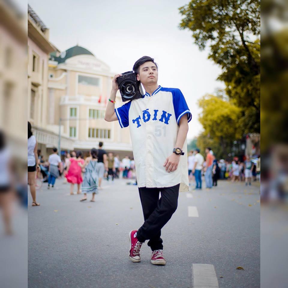 """Việt Linh sinh năm 1994. Anh chàng có gương mặt khá lạnh lùng và ít nói từ nhỏ nên được người thân, bạn bè yêu mến đặt cho biệt danh là """"Linh Lì""""."""