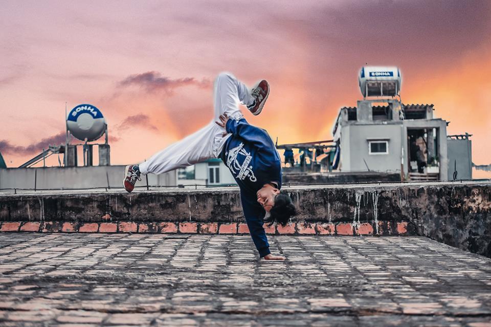 Bên cạnh công việc kỹ thuật ở công ty thì anh chàng cá tính này còn có đam mê rất lớn với bộ mônBreaking, một môn nghệ thuật đường phố bắt nguồn từ Mỹ và du nhập vào Việt Nam những năm 90 của thế kỷ trước.