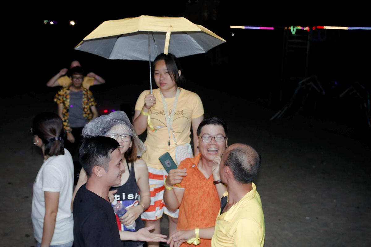 """Cuộc thi FUN's Talent nằm trong chương trình FUN Training Camp 2018 - """"Lên rừng xuống biển"""" được tổ chức tối ngày 9/6, tại Lu Glamping, Bình Thuận. Trước khi chương trình diễn ra, trời đổ mưa rất nặng hạt kèm theo gió mạnh. Các đội chơi che ô ra khu vực sân khấu để tham gia biểu diễn và cổ vũ."""