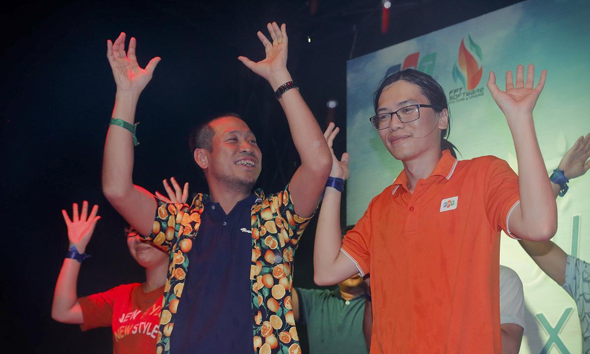 """Nhóm """"Sợ nhậu"""" mang đến ca khúc """"Xuân này con không về"""" với kỳ vọng thể hiện lại hình ảnh của ca sĩ Quang Lê. Dàn múa phụ họa của các đội luôn có sự góp mặt của anh Nguyễn Đức Quỳnh."""