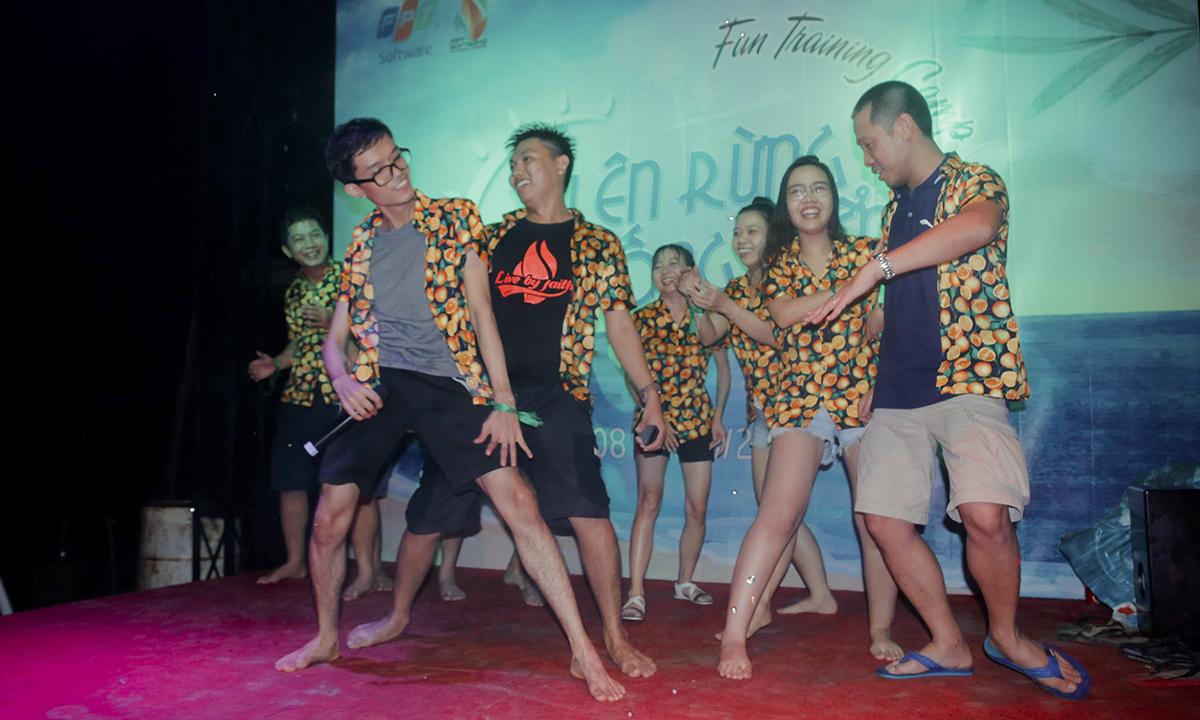 """Đội """"Ghét 2"""" mang đến ca khúc đình đám của Hồ Ngọc Hà - My destiny. Điểm nhấn của đội không phải ở giọng hát mà ở phần vũ đạo sexy, sôi động. Đây cũng là tiết mục giành giải nhất FUN's Talent."""