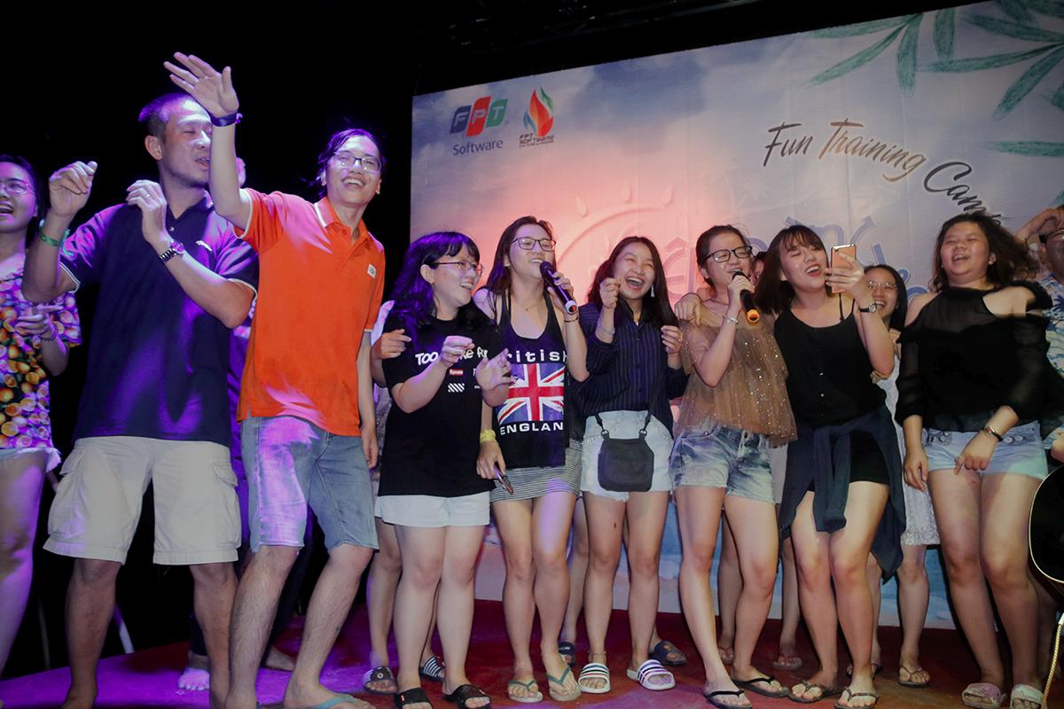 """Đoàn FPT Software giao lưu cùng các khách du lịch tại bãi biển. Chương trình tập huấn FUN Training Camp 2018 với chủ đề """"Lên rừng xuống biển"""" do FPT Software HCM tổ chức trong hai ngày hai đêm, từ tối ngày 8/6 đến chiều 10/6, tại thành phố Phan Thiết, Bình Thuận. Đối tượng tham gia gồm 40 CBNV thuộc các đơn vị của FPT Software HCM kiêm nhiệm công tác văn hóa đoàn thể. >> Tổng hội Phần mềm 'lên rừng xuống biển' thắp lửa phong trào"""