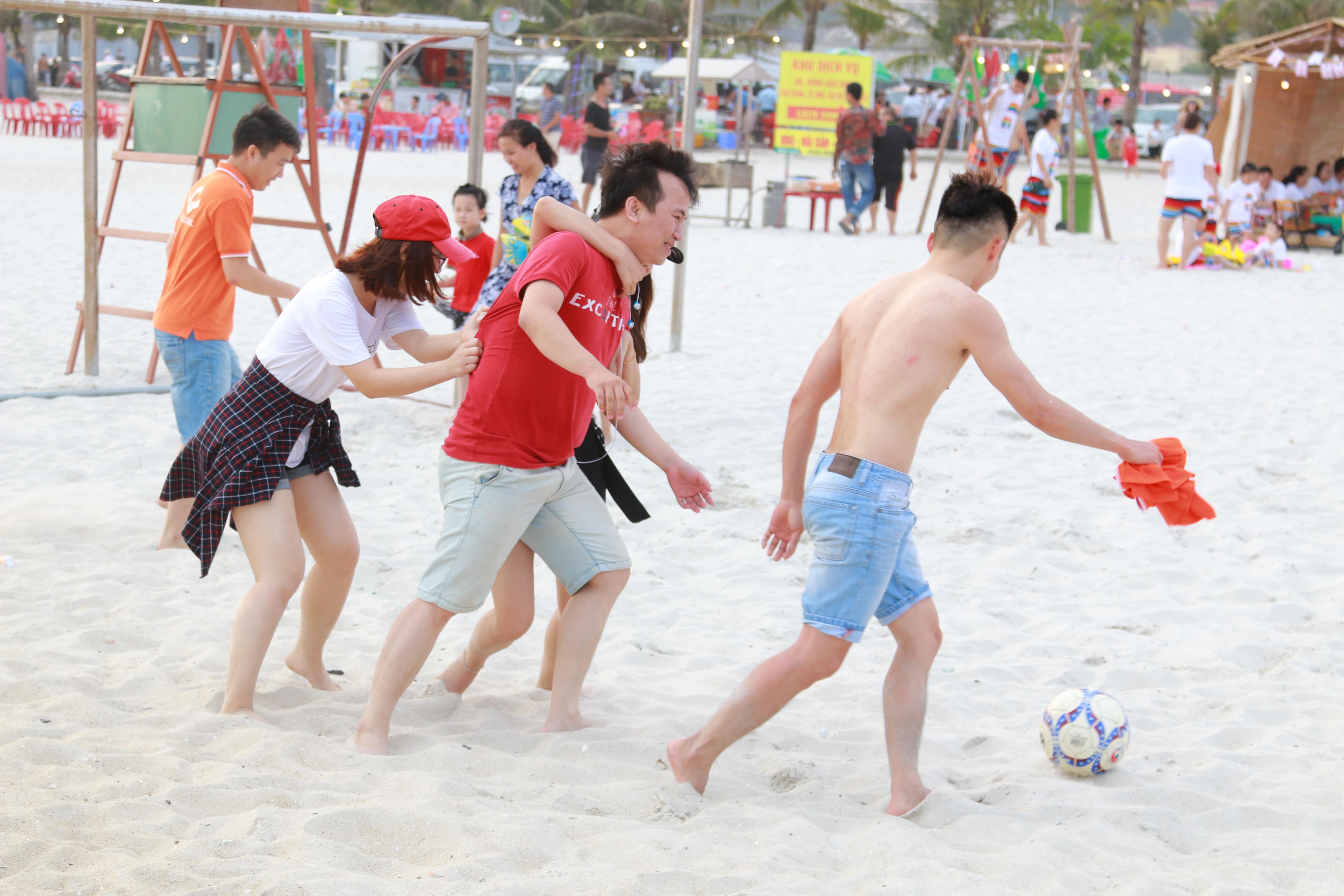 Đoàn được chia làm 4 đội để tham gia các trò chơi xuyên suốt chương trình. Ngày đầu tiên, các đội chơi đá bóng bãi biển. Hoạt động này vừa khởi động cho chuỗi team building vừa tăng cường sự gắn kết giữa thành viên các đội với nhau.