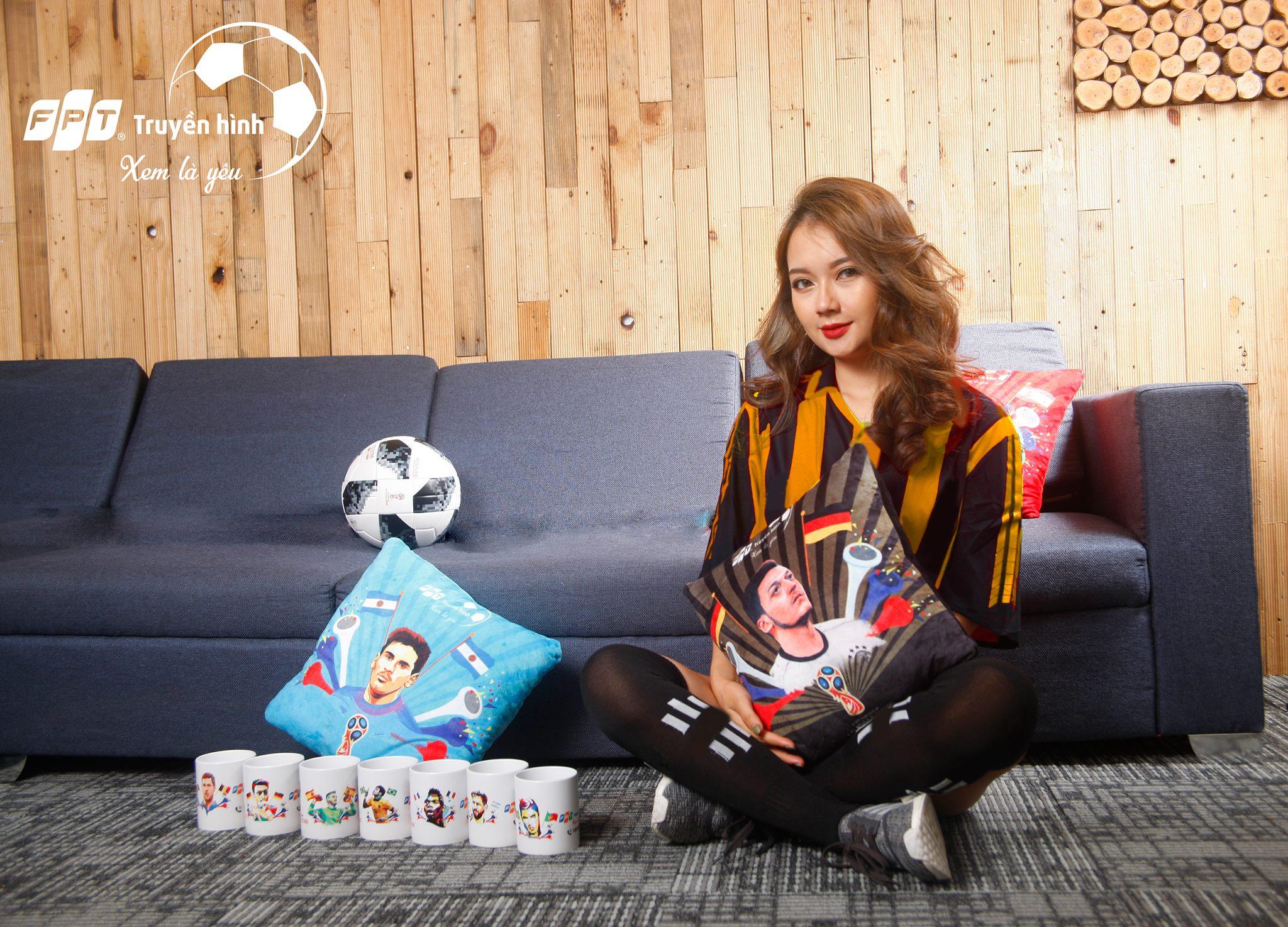 Theo đó, độc giả có cơ hội nhận nhiều phần thưởng cốc, gối in hình cầu thủ khi tham gia gameshow mini trênfanpage Facebook Truyền hình FPT.