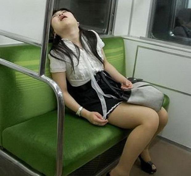 Khi buồn ngủ thì chị bất chấp.