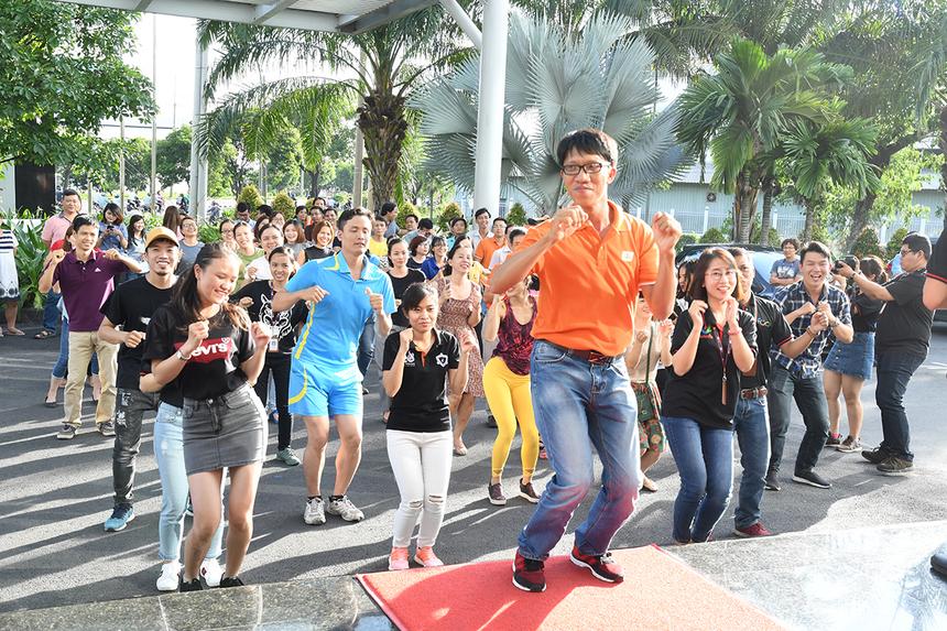 """Chương trình thi đua kỷ lục FPT 30 năm tiên phong dành cho người nhà F ở TP HCM diễn ra lúc 16h30 - 18h ngày 22/6 tại sảnh tòa nhà FPT Tân Thuận 2, quận 7, TP HCM với những môn thi đầu tiên: Xoạc, Bật xa, Nhảy dây, Hít đất và Plank. Hưởng ứng lời kêu gọi của BTC, có gần 100 thí sinh tham gia đăng ký thi ở các nội dung, chủ yếu là CBNV các đơn vị đóng quân tại tòa nhà FPT Tân Thuận. Trong đó có những thí sinh dự thi cả 4 nội dung. Trong đó, FPT Telecom """"lôi kéo"""" được cả lãnh đạo tham gia."""