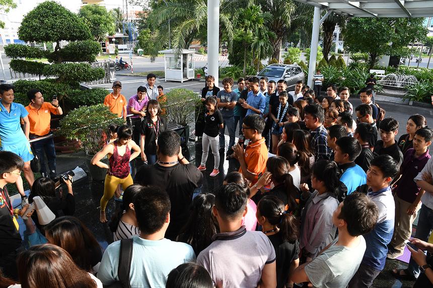 Đông đảo khán giả đến cổ vũ cho đồng đội.