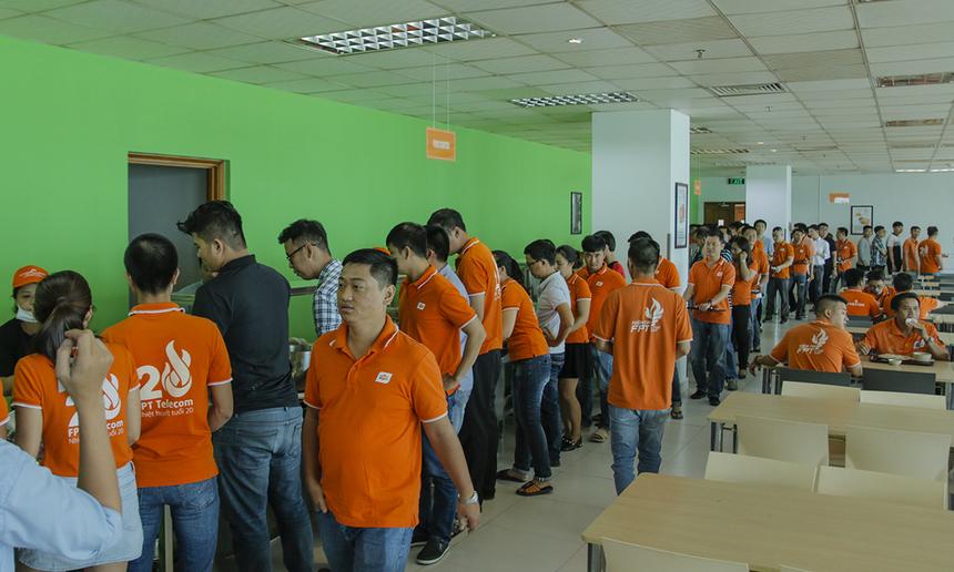 Ngày đầu khai trương, căng-tin Vietnam Catering thu hút hàng trăm CBNV xếp hàng dài tại tòa nhà dùng cơm trưa. Ông Phan Hữu Thuần - Giám đốc Vietnam Catering - bày tỏ sự phấn khởi vì không ngờ số lượng người ủng hộ lại lớn đến vậy.