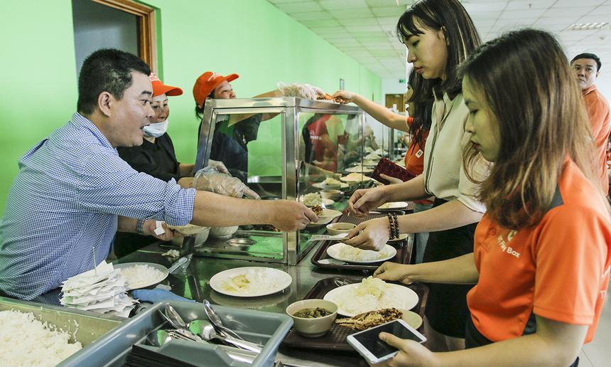 Ban đầu, nhà thầu Vietnam Catering ở căng-tin Tân Thuận có 7 nhân viên và 2 giám sát hỗ trợ công tác phục vụ. Qua ngày đầu tiên, đơn vị sẽ có những thay đổi về số lượng nhân sự, bố trí các quầy phù hợp để phục vụ tốt nhất có thể.