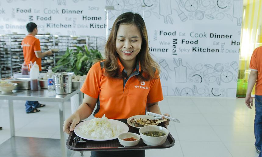 Với phương châm đặt chất lượng lên hàng đầu, ông Phan Hữu Thuần, Giám đốc Vietnam Catering, cho hay, đơn vị luôn khảo sát đối tượng nhân viên tại doanh nghiệp để cung cấp loại thức ăn, điều chỉnh cách chế biến cho phù hợp với khẩu vị, thị hiếu của của đại đa số người dùng.