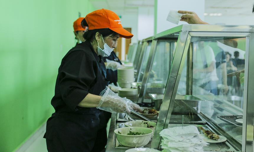 Vietnam Catering được biết đến là nhà thầu cung cấp suất ăn căng-tin cho khách hàng là khách sạn, nhà máy, công sở, khu công nghiệp với các khách hàng tiêu biểu như Nestle, Insee, Eurocham, SacomBank, Standard Chartered… Khi tham gia đấu thầu phục vụ căng-tin tại Tân Thuận, đơn vị Vietnam Catering kỳ vọng sẽ mang đến quy trình cung cấp dịch vụ ăn uống chuyên nghiệp, đảm bảo tiêu chuẩn chất lượng, vệ sinh an toàn thực phẩm.