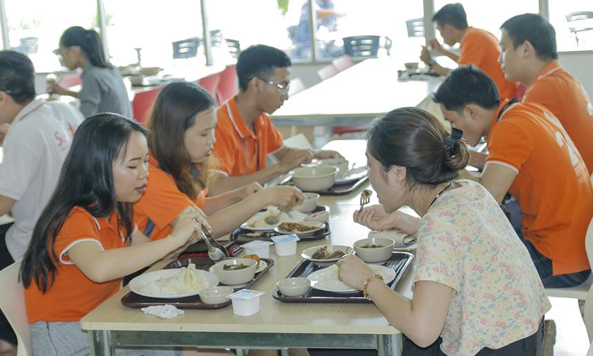 Tầng 5 tòa nhà FPT Tân Thuận có hai căng-tin phục vụ sinh hoạt ăn uống cho gần 2.000 CBNV thuộc các đơn vị như FPT HCM, FPT Telecom, Synnex FPT và Sendo đang làm việc trong tòa nhà. Nhà thầu căng-tin Vân Anh kinh doanh tại căng-tin nhỏ từ khi tòa nhà bắt đầu hoạt động năm 2013 cho đến khi Vietnam Catering - nhà thầu thứ hai thay thế. Căng-tin lớn cũng đã trải qua 2 nhà thầu, hiện là Mina (từ năm 2014). Cạnh đó, tòa nhà FPT Tân Thuận cũng có 2 nhà thầu quầy bar chuyên các loại nước uống, cà phê và đồ ăn vặt.