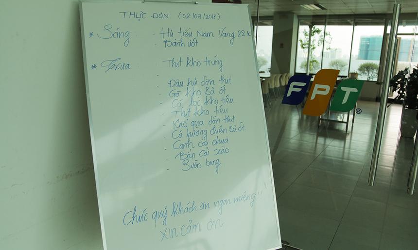 Ở lối vào căng-tin, bảng thực đơn hằng ngày với danh sách món ăn phong phú giúp CBNV tòa nhà dễ dàng đưa ra sự lựa chọn. Vietnam Catering phục vụ 2 ca mỗi ngày: sáng (hủ tiếu, bún, phở...) và trưa (cơm).