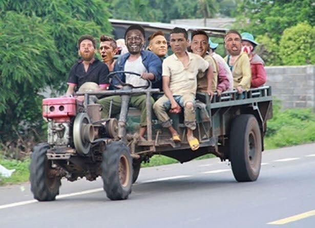 """Đoàn quân xe công nông do... thánh """"dự đâu sai đó"""" Pele cầm lái."""