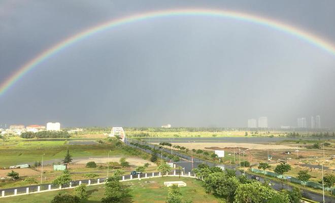 Người Phần mềm đã được chiêm ngưỡng cầu vồng tuyệt đẹp từ tòa nhà FPT Complex sau cơn mưa chiều 9/7, vào lúc 16h30.