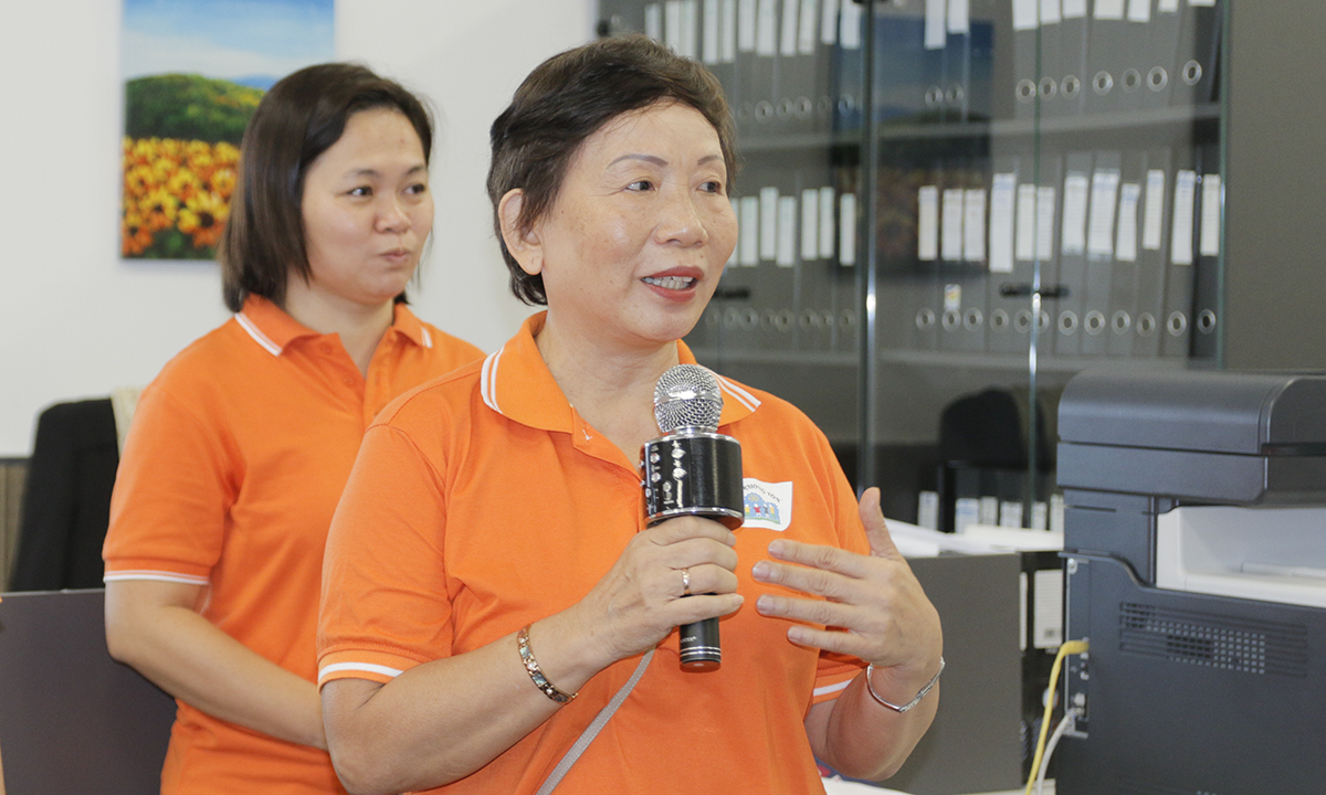 """Chị Trương Thanh Thanh hy vọng trong chuyến đi các bố mẹ sẽ ngồi lại với nhau để có những sợi dây cảm xúc mà người khác không có và các con cũng sẽ mang về những trải nghiệm thú vị, ý nghĩa. """"Ngày hôm nay, khi các con đến đây, rất nhiều cô chú phải gặp khách hàng để làmnên sự thành công của FPT"""". Chững lại một lúc lâu, chị nói tiếp: """"Trong thành công của FPT cũng có những nốt thăng, nốt trầm, rất nhiều cuộc đời hạnh phúc nhưng cũng có những mất mát nhất định. Và các cô chú muốn nói với các con rằng các con mãi là con của người FPT""""."""
