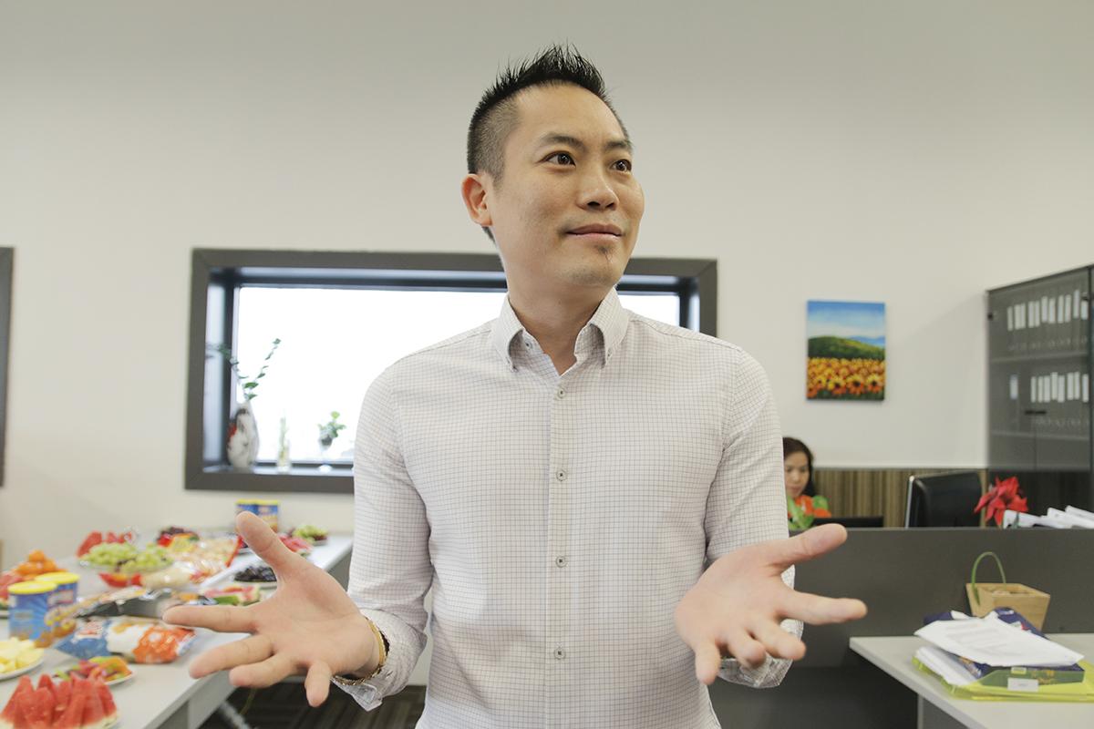 """Đại diện FPT tại Singapore đón đoàn """"Cùng bố mẹ bên con"""" là Giám đốc FPT Asia Pacigic - anh Nguyễn Quốc Sử. Nhớ về 11 năm trước, anh Sử kể cho phụ huynh và các bé nghe về những ngày đầu được Ban lãnh đạo FPT Software giao nhiệm vụ rất khó khăn - sang Singapore để tìm khách hàng. """"Khi ấy, các chú nghĩ khó có thể thể tìm kiếm được khách hàng tại 1 đất nước nhỏ bé như vậy"""". Vậy mà từ 5 người, hiện văn phòng FPT ở Singapore đã có 200 người. """"Thành công này có được nhờ sự hỗ trợ từ ban lãnh đạo, sự đóng góp của những nhân viên xuất sắc, trong số những người tiên phong mở đường ấy có mẹ Thảo (chị Mai Thị Phương Thảo)"""", anh Sử nghẹn lại khi nhắc đến tên nữ đồng nghiệp đã mất. Anh bày tỏ chương trình """"Cùng bố mẹ bên con"""" là một dự án ý nghĩa và nhắn nhủ đến các bé: """"Singapore là một đất nước phát triển bật nhất của Đông Nam Á để mai này có thể đi du học, hoặc làm việc, khi ấy, FPT Singapore đã lớn mạnh rất nhiều và luôn luôn chào đón các con""""."""