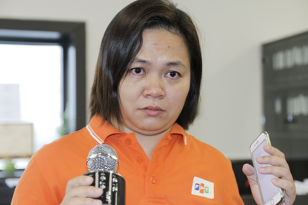 """Chung cảm xúc ấy, chị Lại Hồng Điệp, quản lý Trung tâm dịch vụ sẻ chia (SSC) - FPT Asia Pacific, không ngăn được nước mắt khi nghĩ về những người đồng nghiệp của mình. Chị Điệp gắn bó với FAP trong thời gian bằng với số tuổi của đơn vị, chứng kiến bao thành công, bao bước ngoặt và cả những thời khắc chia tay với 3 người đồng nghiệp mất ở Singapore. Chị nói trong tiếng khóc nên tiếng được tiếng mất: """"Cảm xúc của cô dâng trào và cảm động khi nhận được tin chương trình do CLB Trường Tồn tổ chức sẽ đến văn phòng. Các cô chú muốn nói với các con rằng người FPT không bao giờ quên các con, các cô chú sẽ luôn mở rộng vòng tay đón các con, khi khó khăn hãy gọi các cô chú. Nhiều hoặc ít, hoặc không làm gì thì cũng động viên các con ở những thời điểm khó khăn nhất""""."""