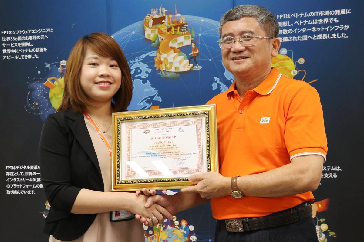 Người điều hành FPT đã trao HC Lao động hạng Nhất FPT, phần thưởng cao quý của Tập đoàn, cho Giám đốc FPT Techno Japan - chị Nguyễn Hoàng Linh. Trước đó, ngày 31/5, FPT đã ký hai thỏa thuận hợp tác trong lĩnh vực chuyển đổi số với hai doanh nghiệp có lịch sử trên 100 năm tuổi của Nhật Bản là Tập đoàn ISE Foods và Toppan Printing với tổng giá trị trên 30 triệu USD. Sự kiện này đã đánh dấu thời kỳ mới trong chiến lược hướng đến chuyển đổi mối quan hệ của FPT với các đối tác. Đóng góp vào kỳ tích trên là nỗ lực của CBNV FPT Japan, trong đó có vai trò quan trọng của Nguyễn Hoàng Linh. Ban điều hành quyết định tặng thưởng HC Lao động FPT hạng Nhất và thưởng 15 triệu đồng cho chị Linh.