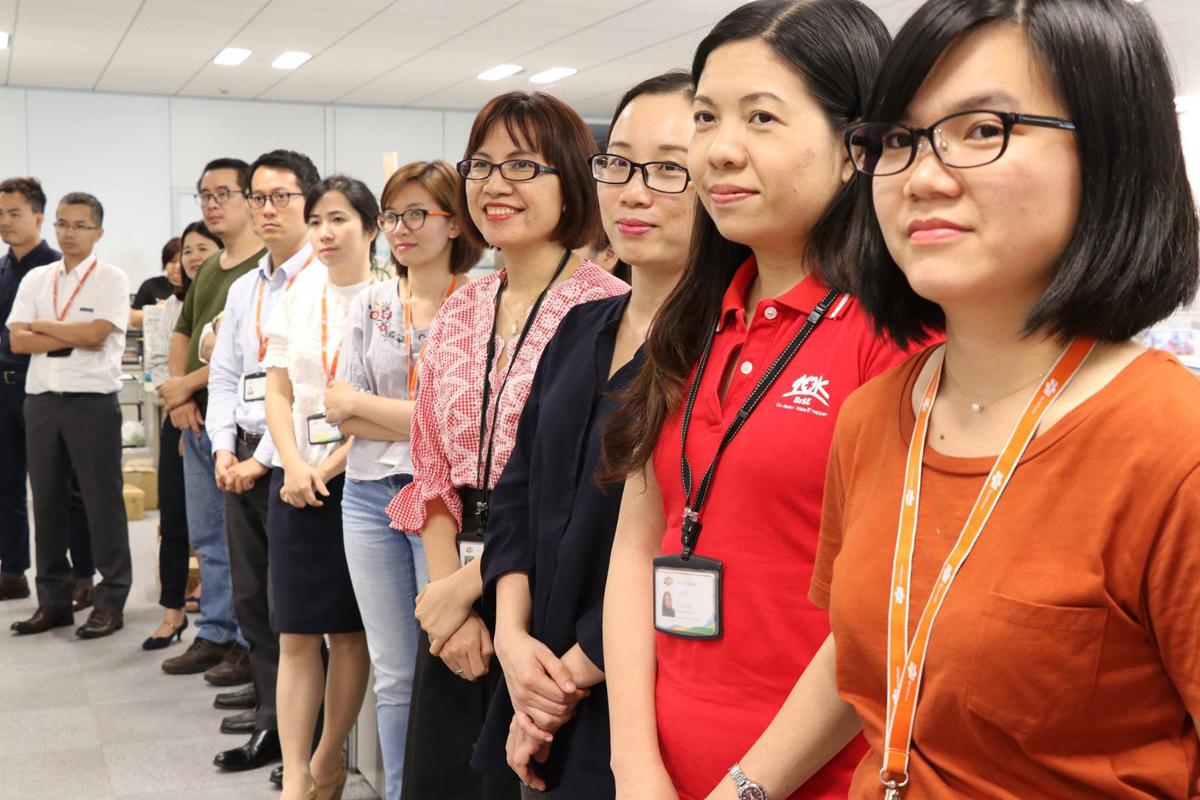 CBNV FPT Japan chờ đến lượt nhận áo và Huy hiệu mới. Người nhà F xứ mặt trời mọc là nhóm nhân viên đầu tiên được nhận hai ấn phẩm dịp FPT bước vào tuổi 30.